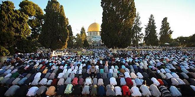 1200  فلسطيني يؤدون صلاة الجمعة في المسجد الأقصى