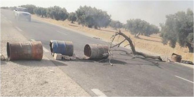عدد من المواطنين يغلقون الطريق الجهوية 82  الرابطة بين صفاقس والمهدية احتجاجا على كثرة الحوادث في المنطقة
